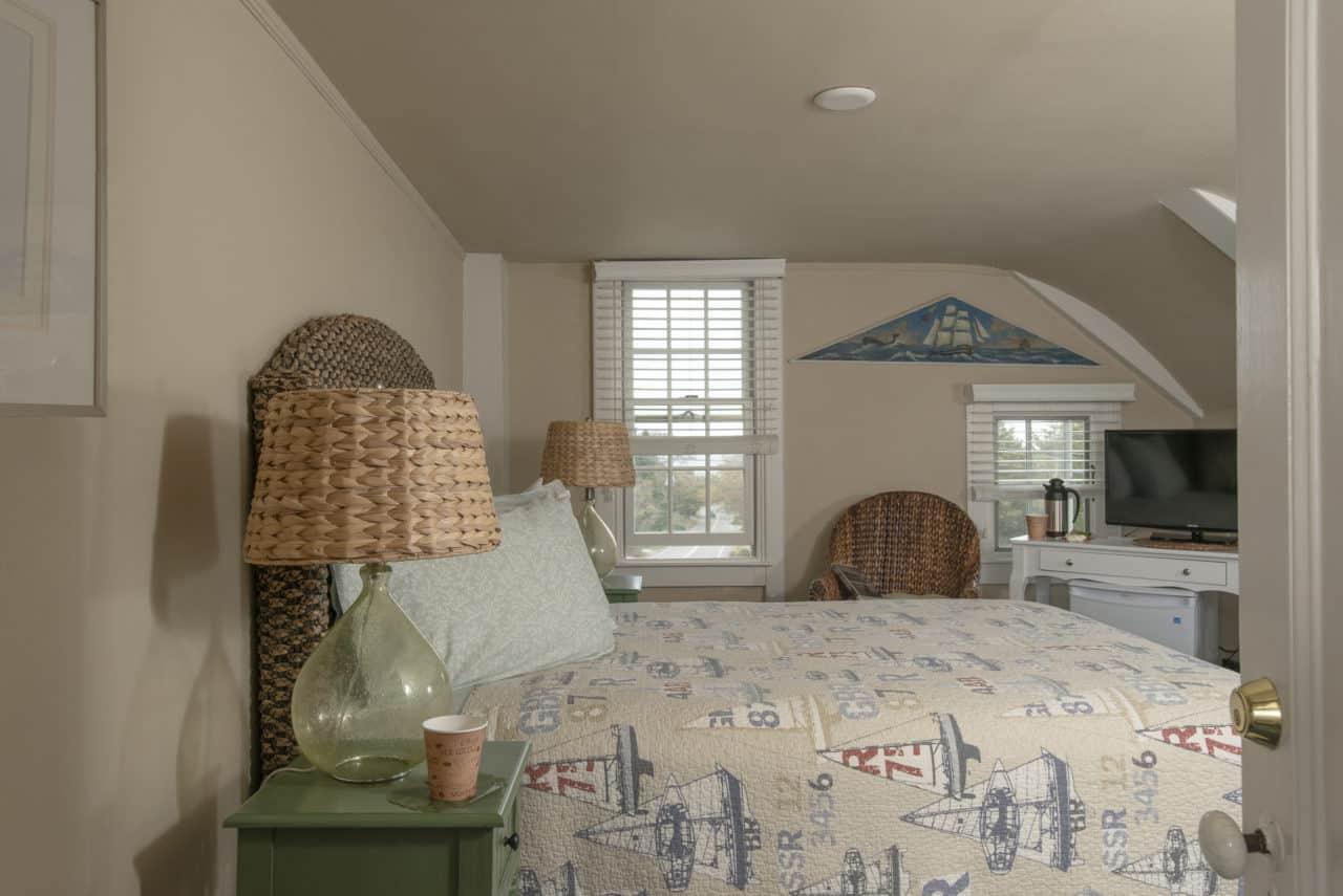 Queen bed and cute nauticaul decor