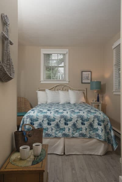 Room 10 with a cozy queen bed